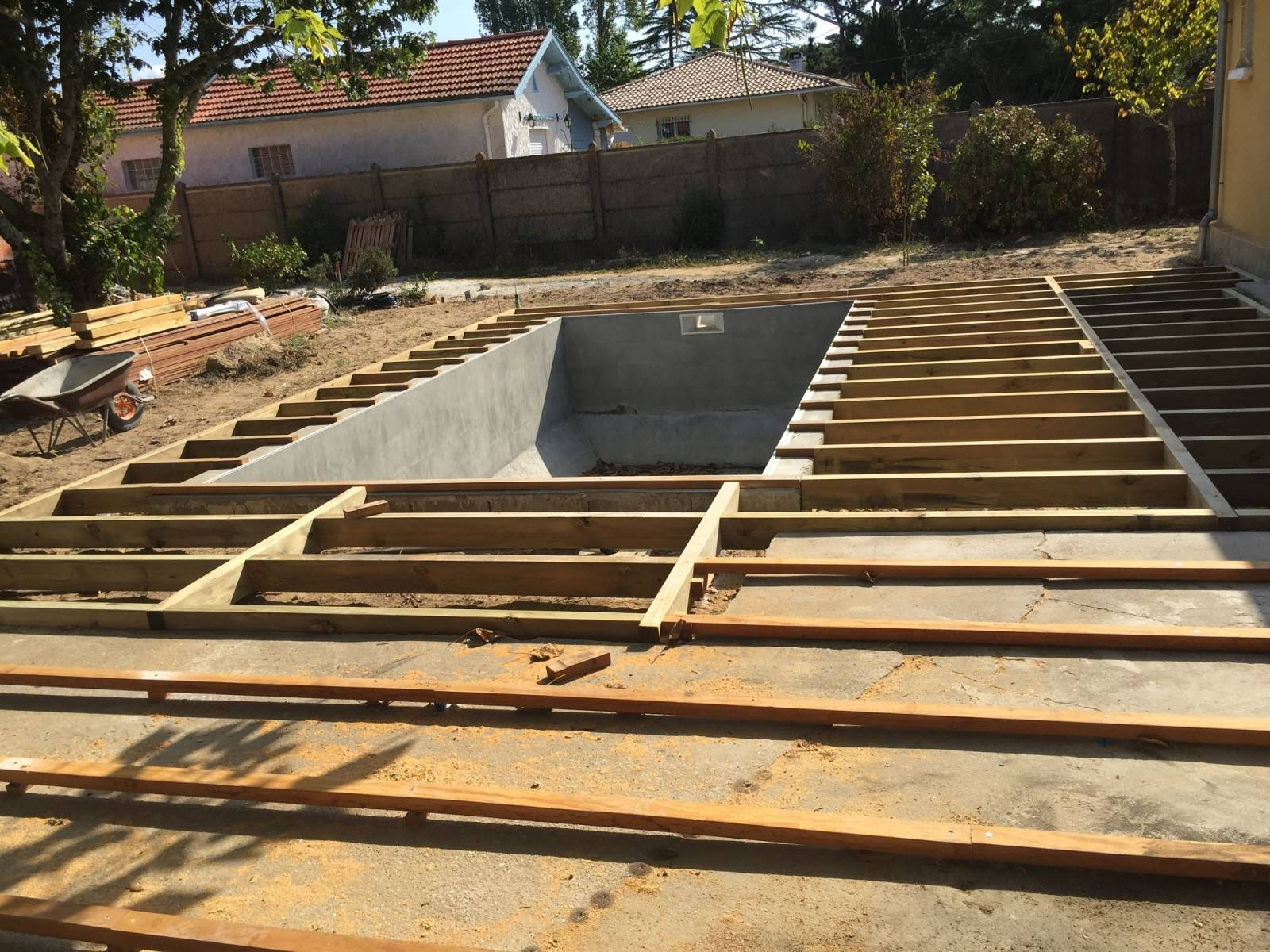 Construction de terrasse bois piscine gujan mestras for Construction piscine 35